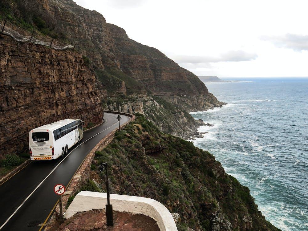 無聊IQ題- 登上巴士時沒有給錢為什麼司機仍然讓她使用巴士服務呢?
