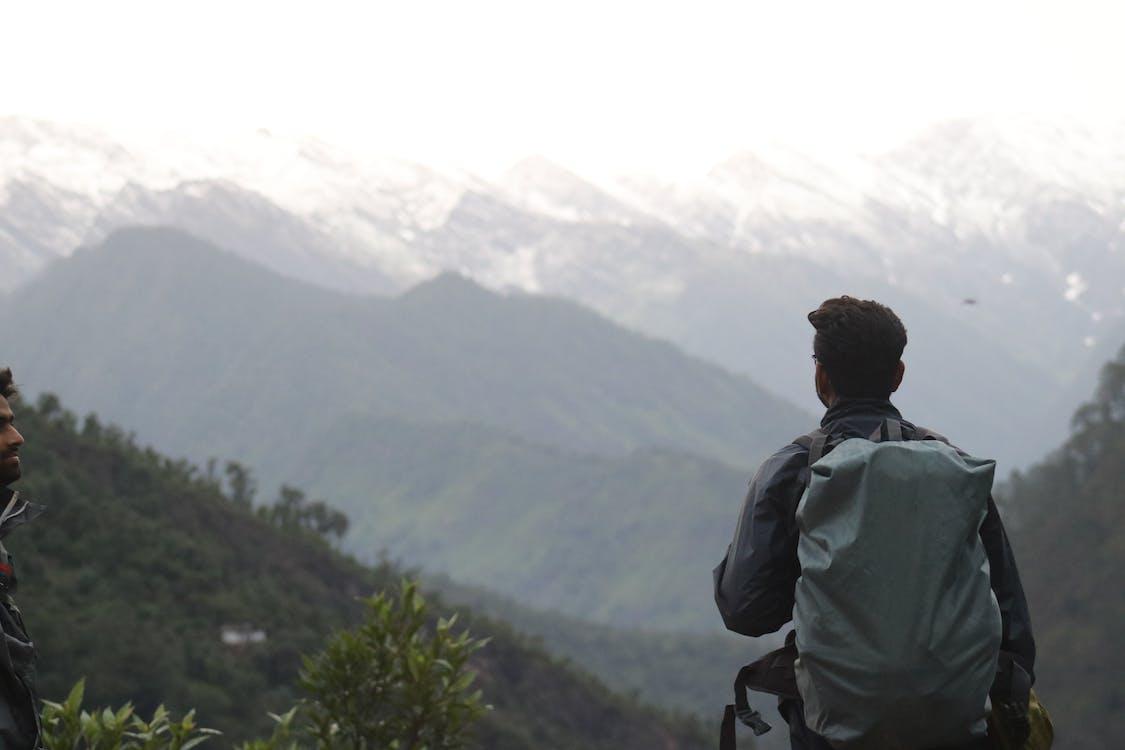 Mann Mit Grauem Rucksack über Berg
