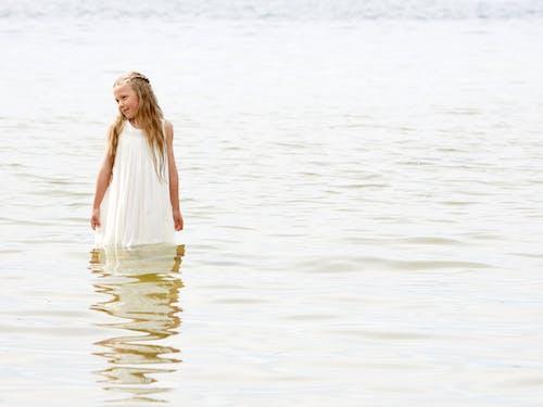Darmowe zdjęcie z galerii z biały, dziewczyna, lato, na stojąco
