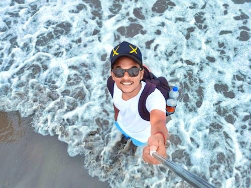 Kostenloses Stock Foto zu blaues wasser, indischer junge, juhu beach, meer ------- strand