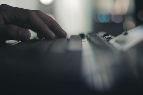 Foto d'estoc gratuïta de escriure a l'ordinador, jocs d'atzar, mà, Mà esquerra