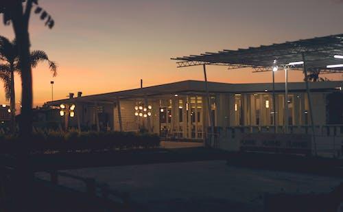 Foto d'estoc gratuïta de arquitectura, cafeteria, hora daurada, hora màgica