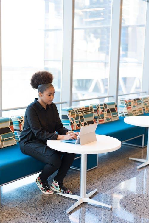Foto stok gratis bekerja, duduk, kaum wanita, komputer