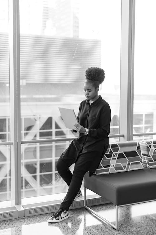 Základová fotografie zdarma na téma afroamerický, černobílá, čtení, jednobarevný