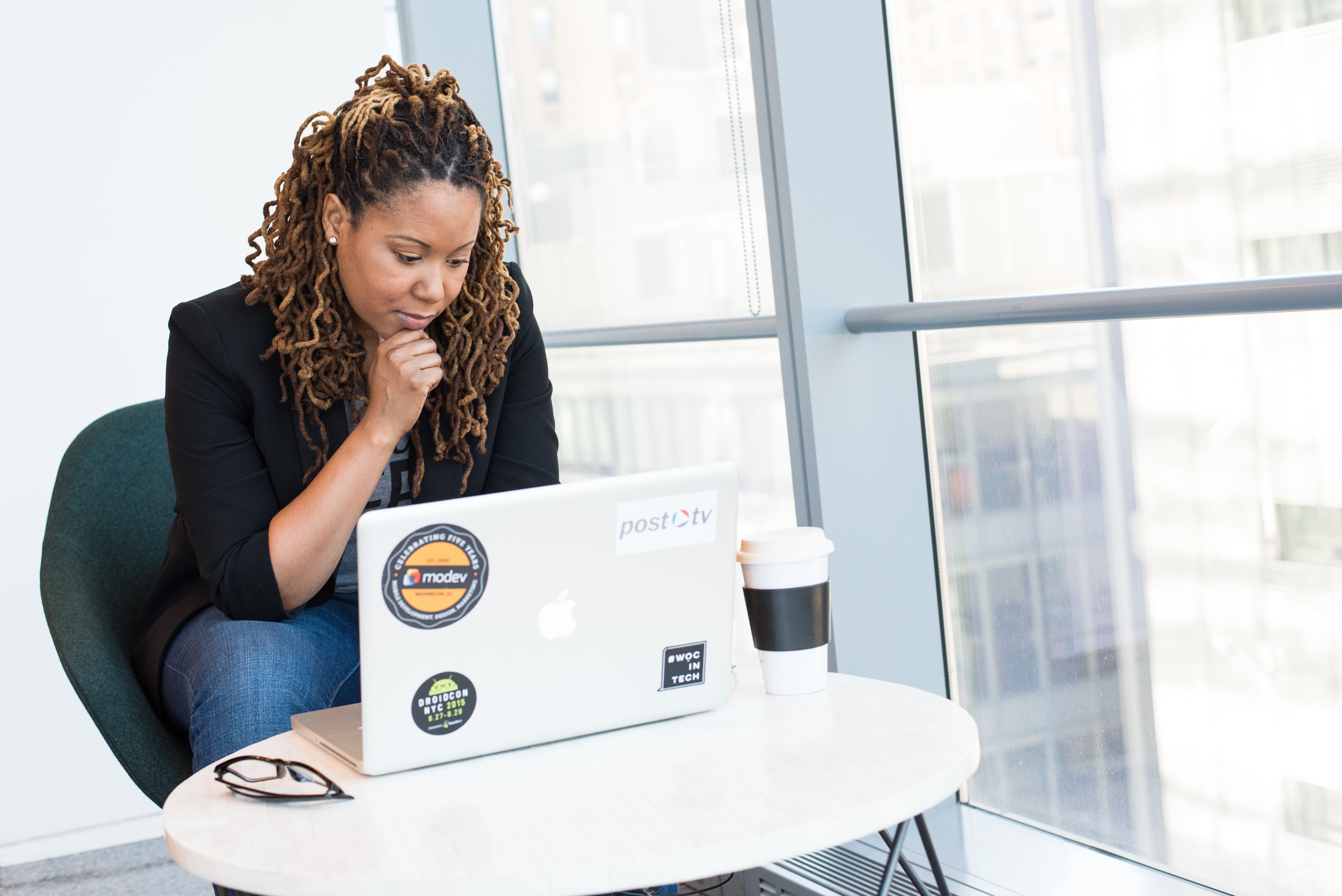 Kostenloses Stock Foto zu person, frau, arbeiten, sitzen