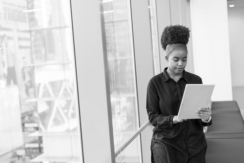 Gratis lagerfoto af afroamerikansk, ansigtsudtryk, arbejdsplads, kvinde