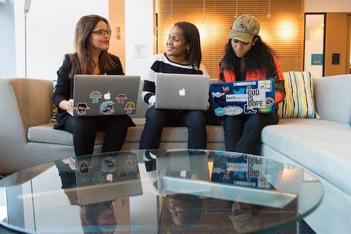 Gratis lagerfoto af afroamerikansk, afslappet, arbejder, bærbar computer