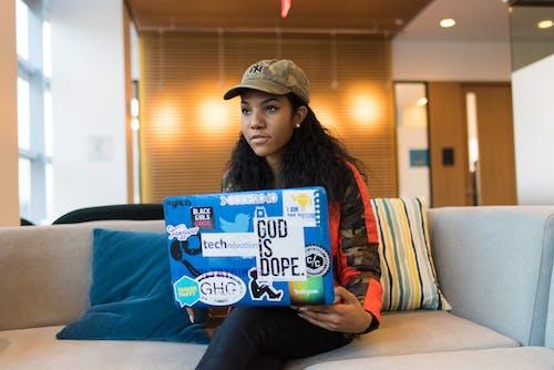 Gratis lagerfoto af afroamerikansk kvinde, bærbar computer, kasket, person