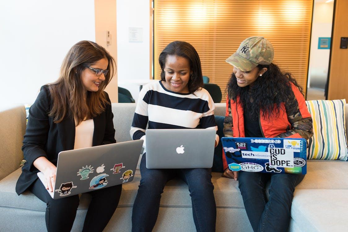 Drie Vrouw Voor Laptopcomputer