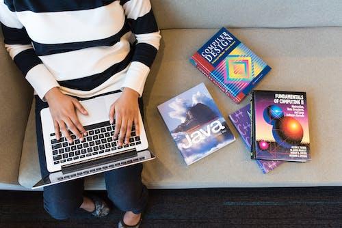 Kostnadsfri bild av bärbar dator, böcker, från ovan, java