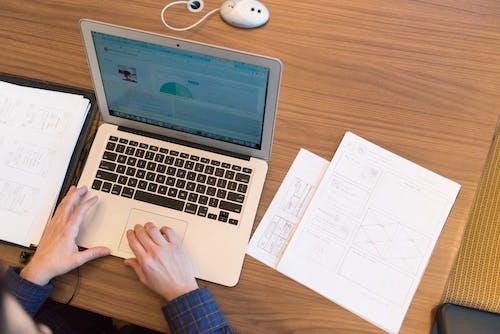 Gratis lagerfoto af arbejde, arbejdsområde, bærbar computer, data