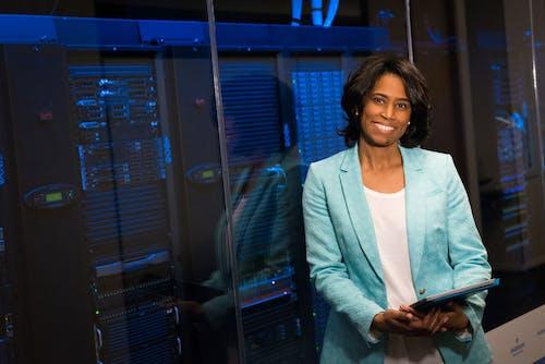 Kostenloses Stock Foto zu afroamerikaner-frau, arbeit, bildschirm, büro