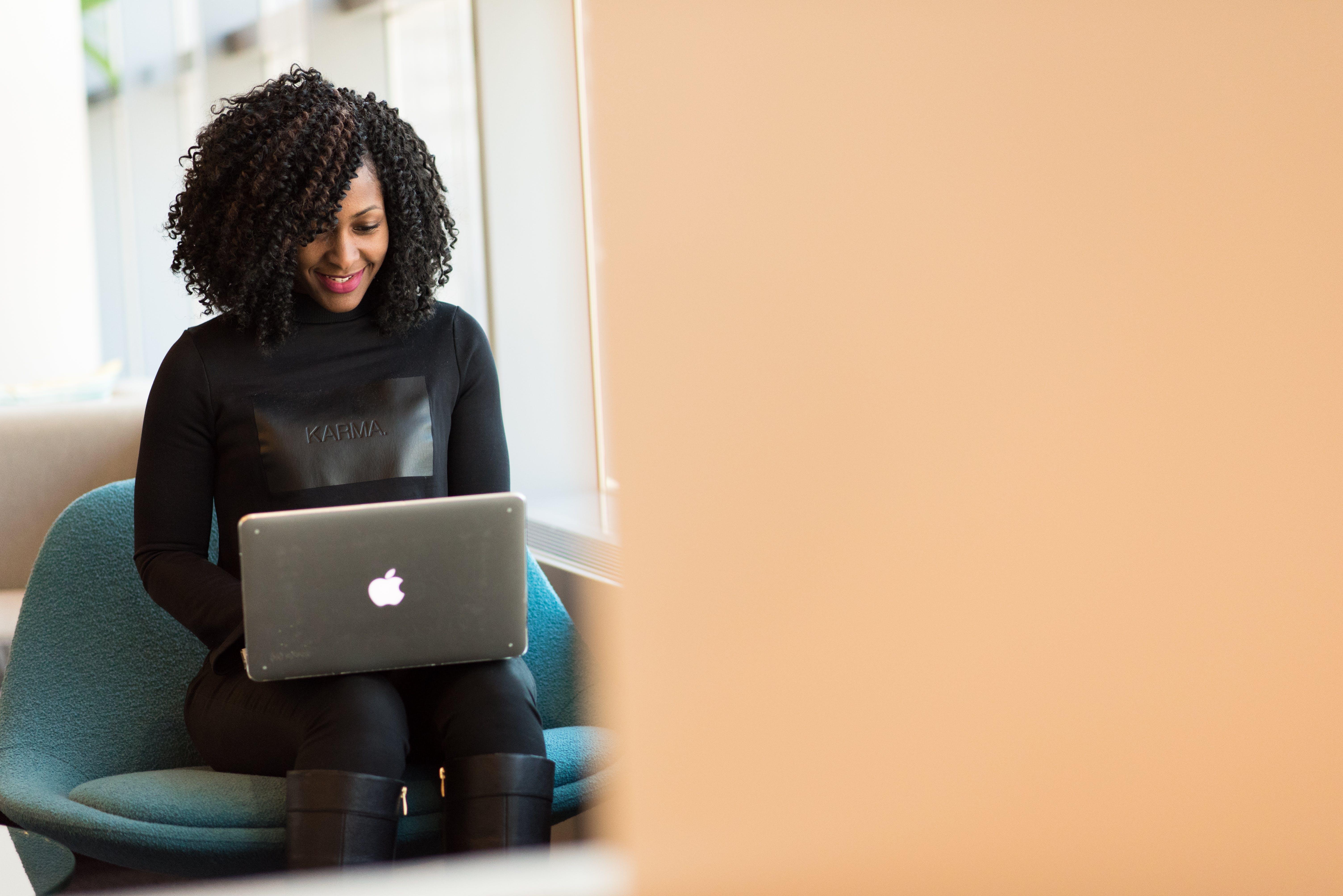 Afro-Amerikaanse vrouw, afstandswerk, binnen