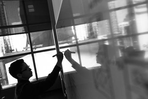 Kostnadsfri bild av fönster, inomhus, man