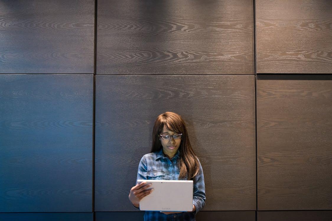 афро-американська жінка, вираз обличчя, віддалена робота