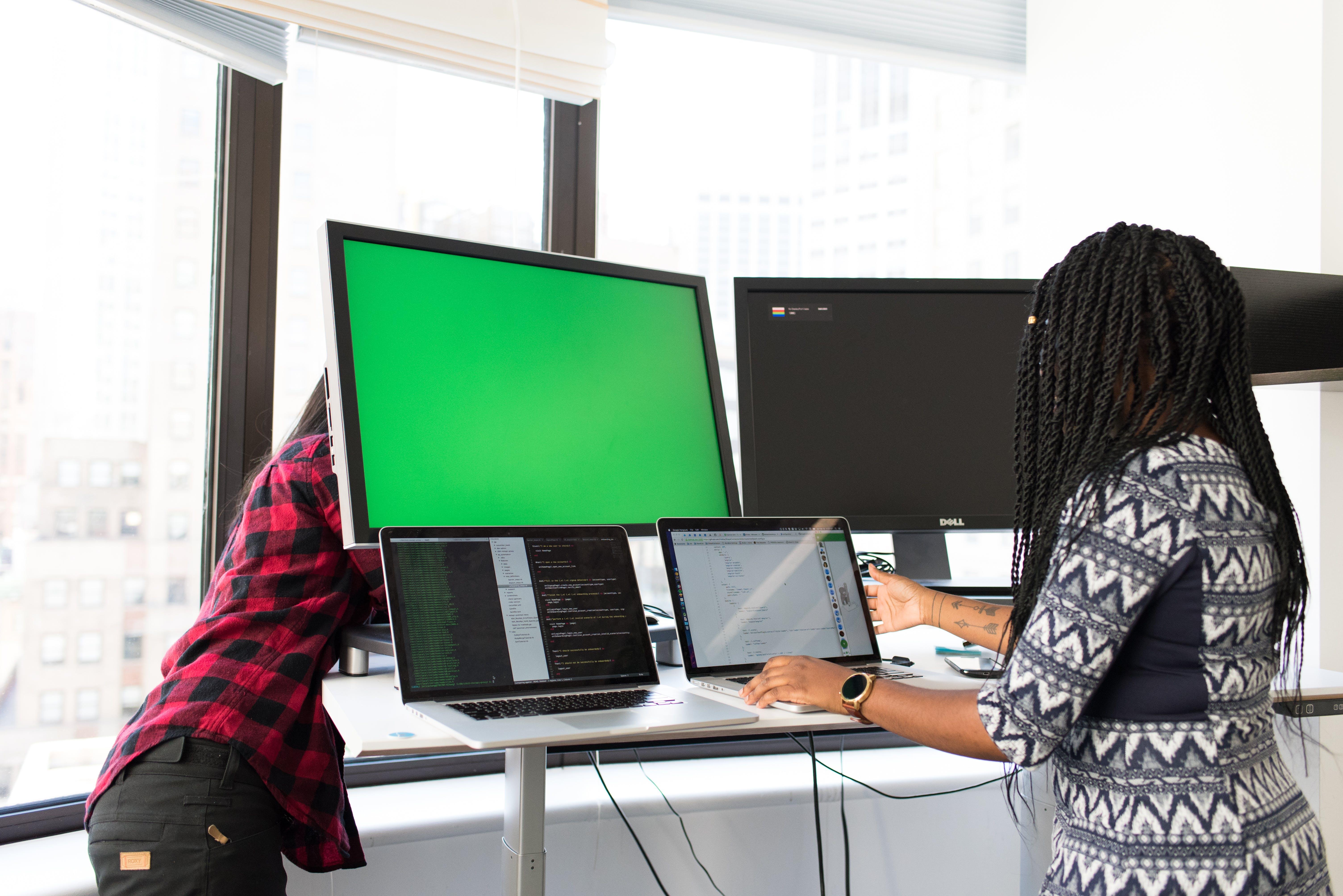 Kostenloses Stock Foto zu arbeiten, bildschirme, büro, drinnen