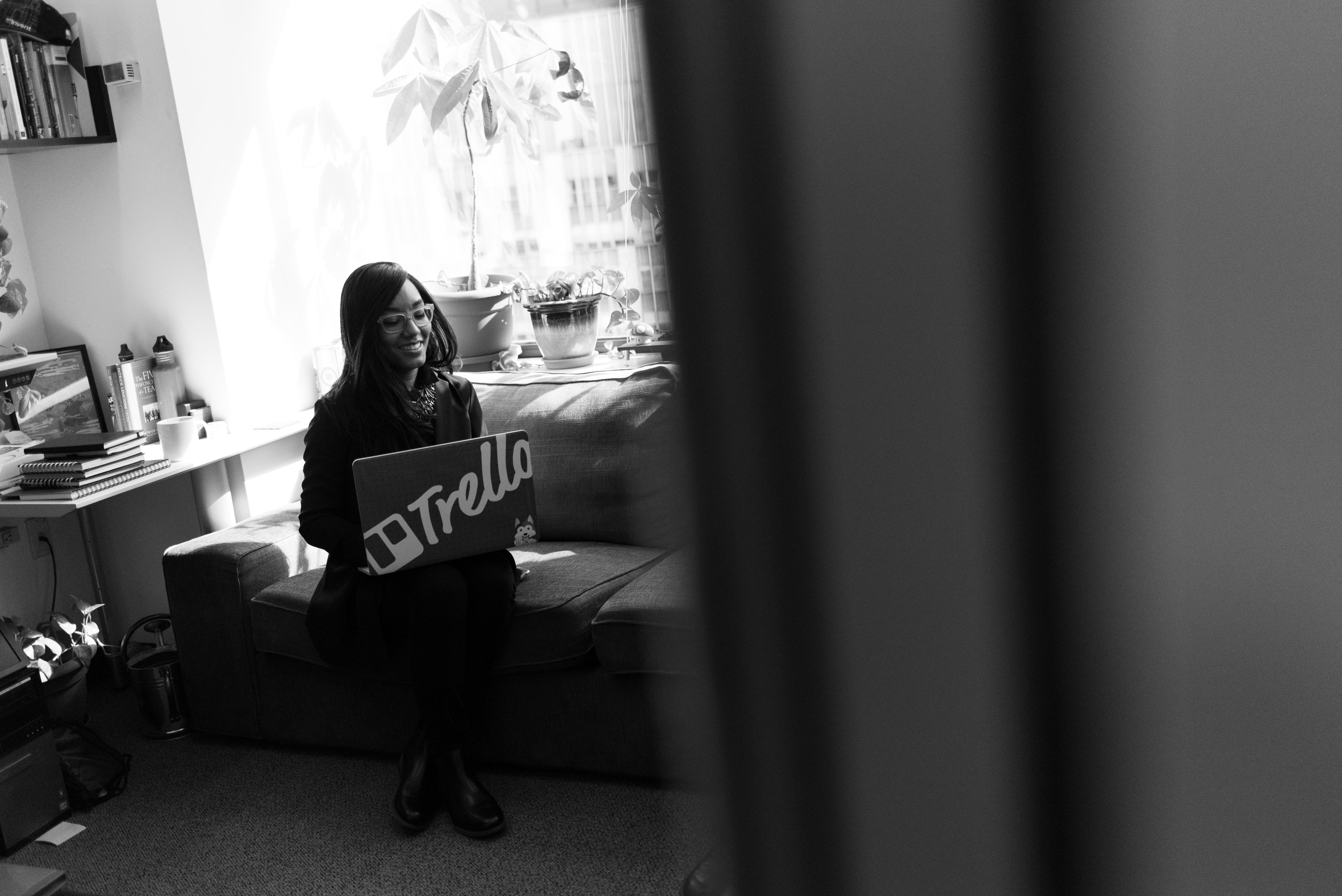 Gratis arkivbilde med afrikansk-amerikansk kvinne, arbeide, bruke, bærbar datamaskin