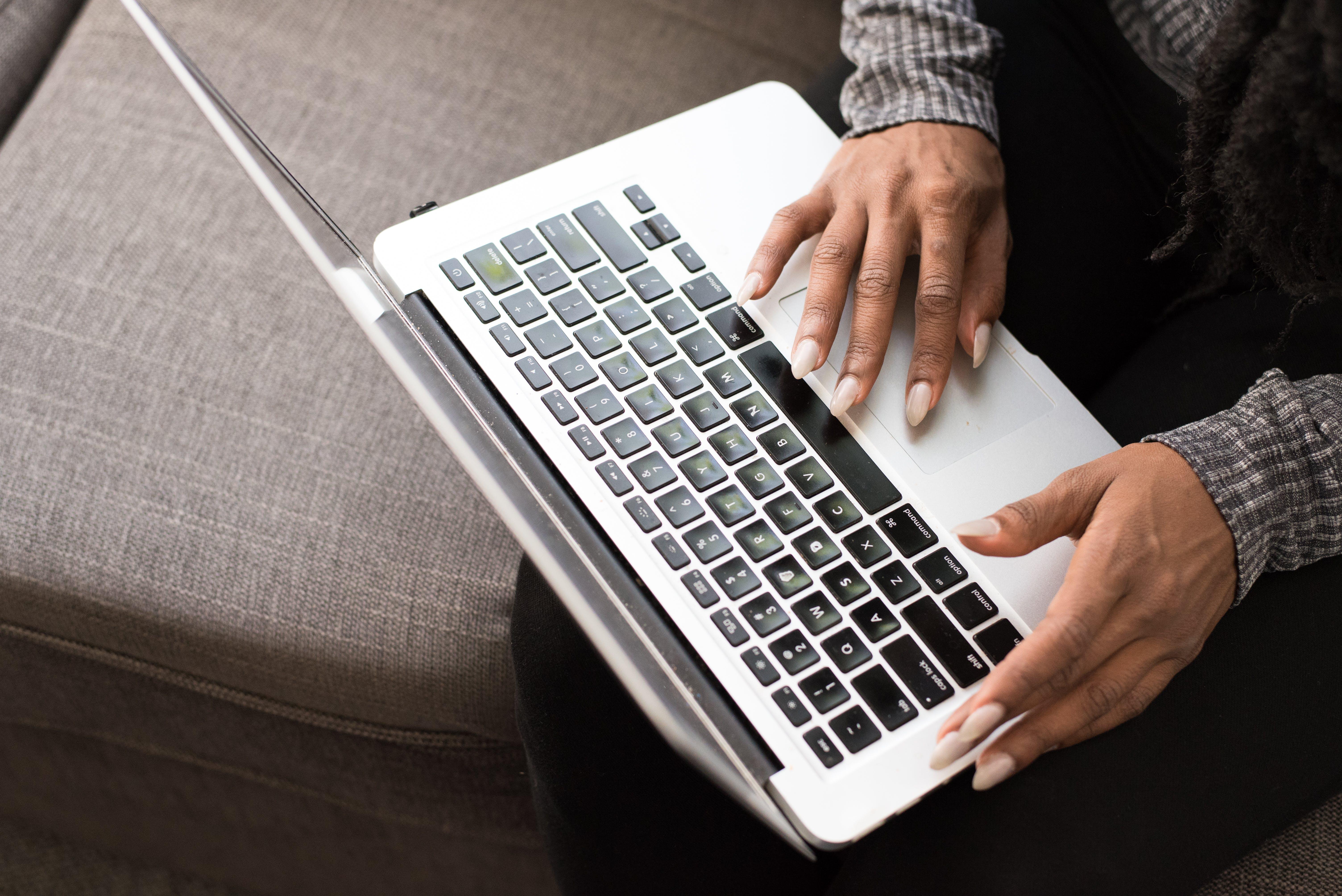 Kostenloses Stock Foto zu elektronisch, hände, laptop, nahansicht