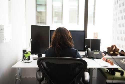 Darmowe zdjęcie z galerii z biurko, biuro, dzień, kobieta