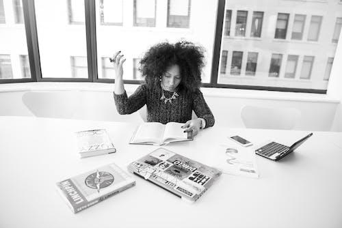 Ingyenes stockfotó asztal, beltéri, dolgozó, fekete-fehér témában