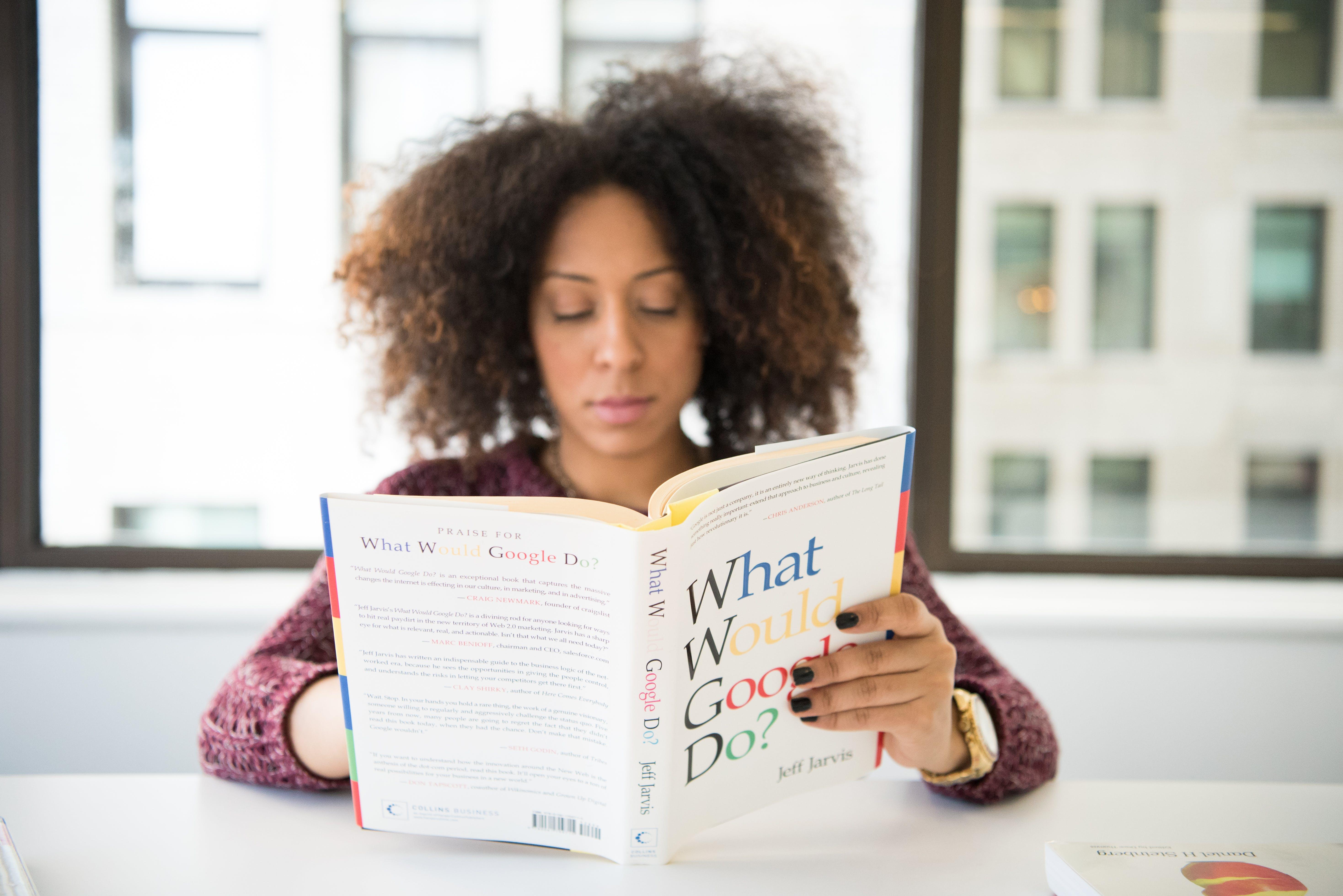 Δωρεάν στοκ φωτογραφιών με ανάγνωση, άνθρωπος, αφροαμερικάνα γυναίκα, γυναίκα