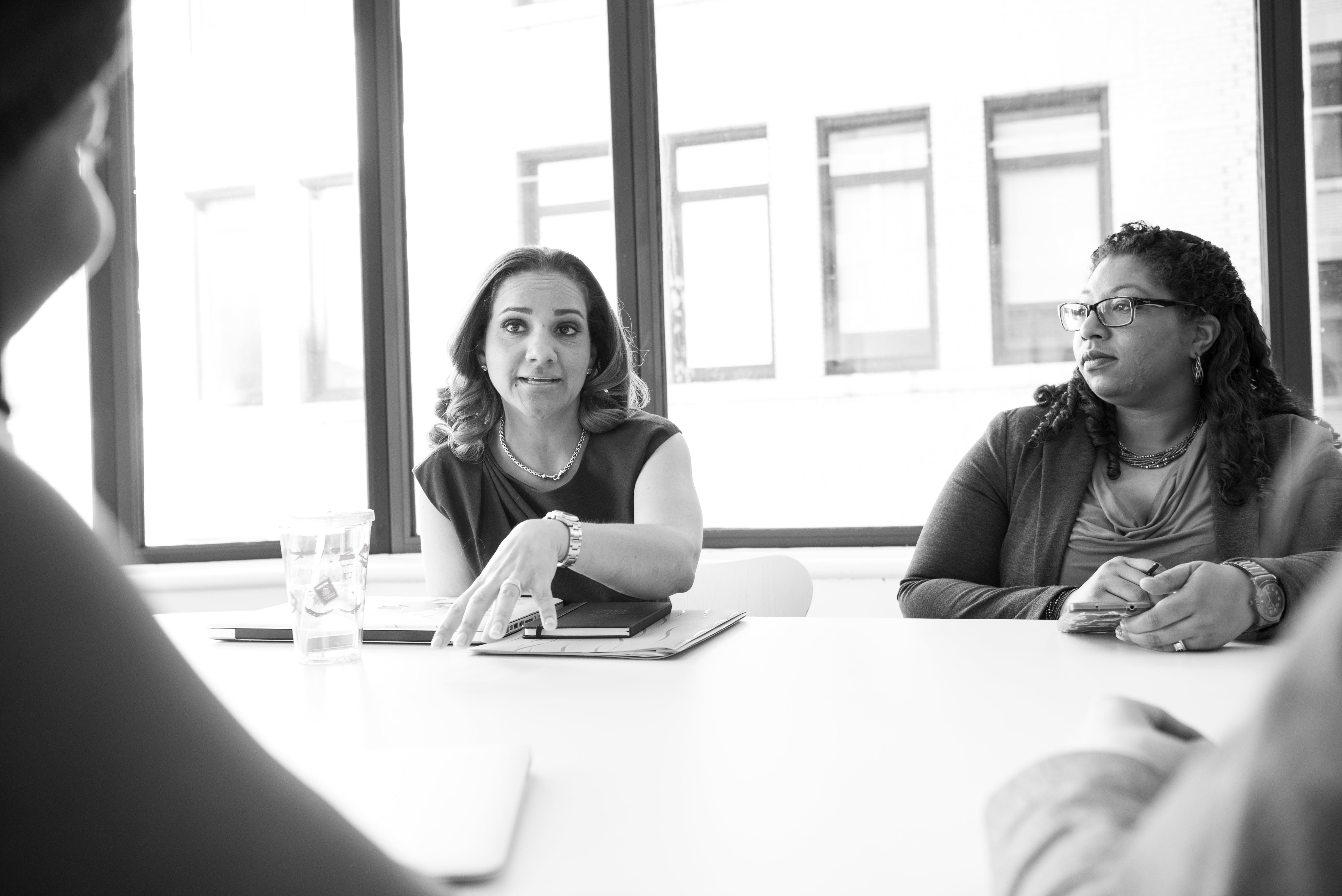Darmowe zdjęcie z galerii z biuro, dyskutowanie, kobiety, laptop