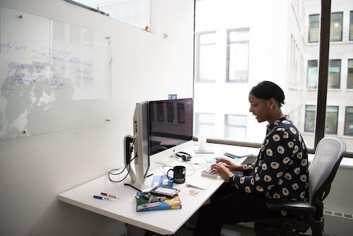 Gratis lagerfoto af arbejde, arbejder, bord, computer