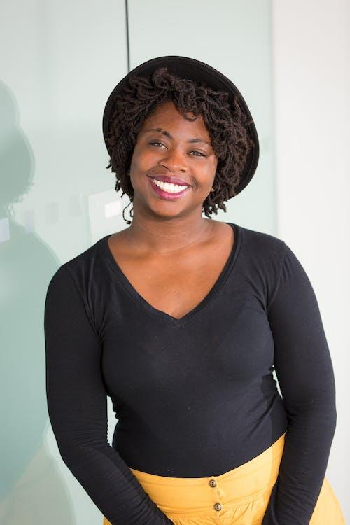Безкоштовне стокове фото на тему «афро-американська жінка, відпочинок, всередині, Гарний»