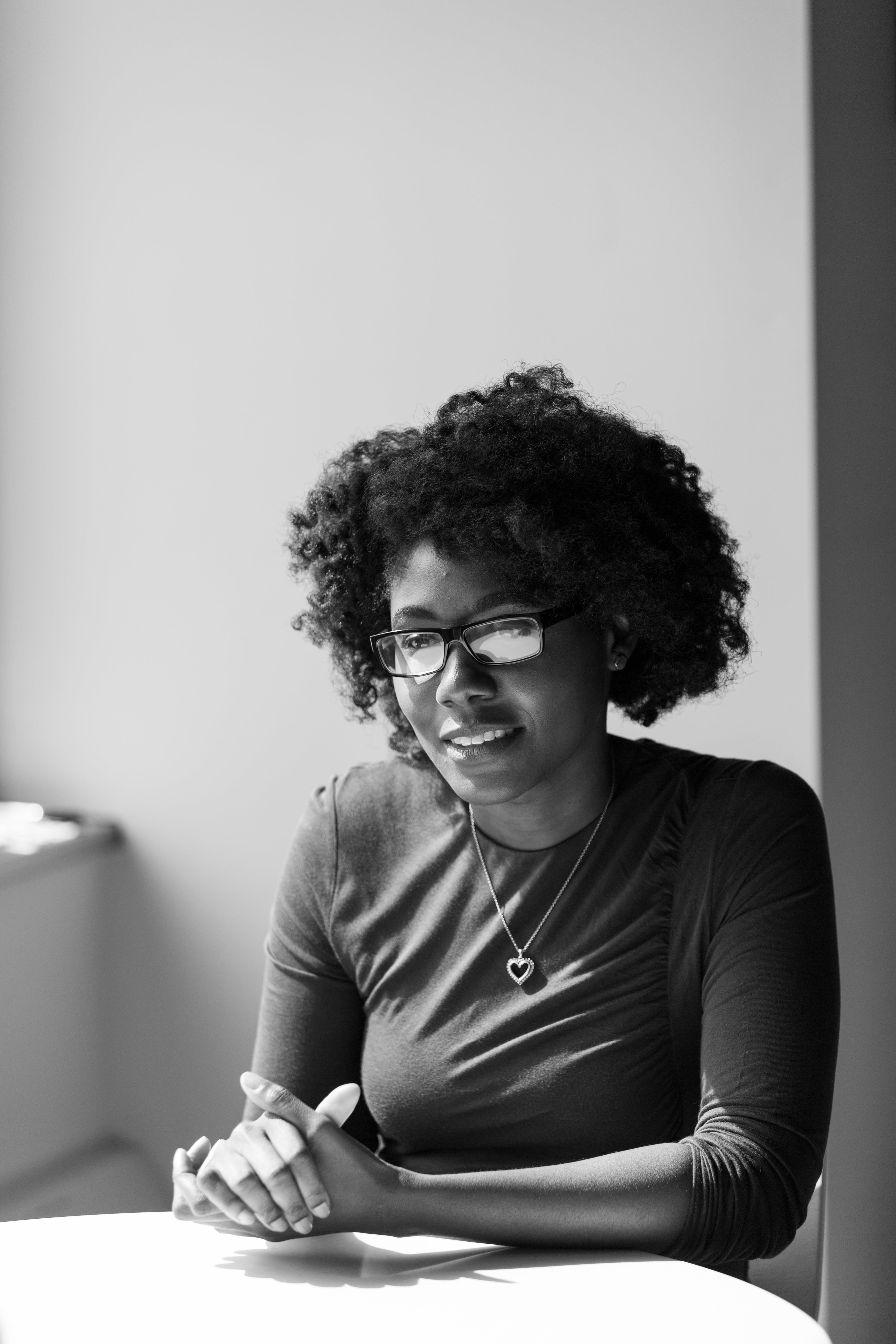 Základová fotografie zdarma na téma afroameričanka, brýle, černá holka, černobílý