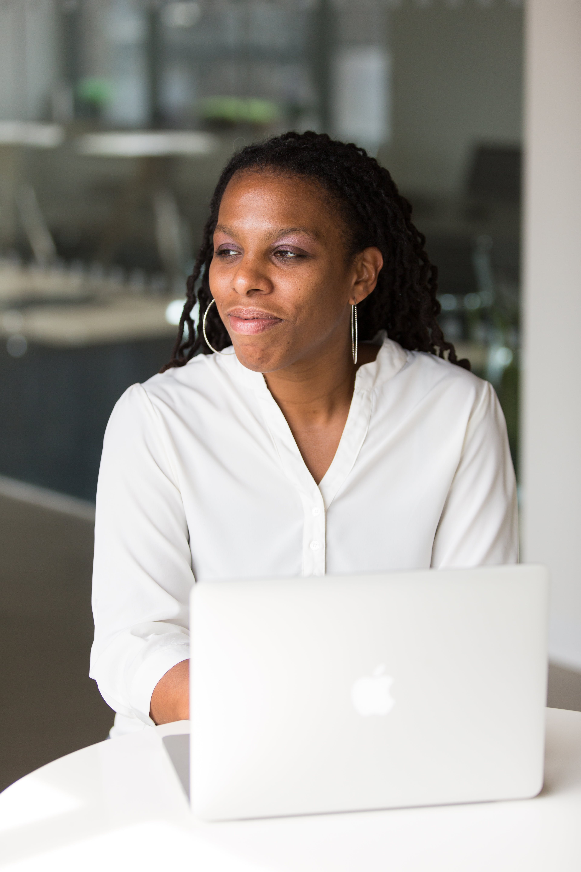 Kostenloses Stock Foto zu afroamerikaner-frau, büro, drinnen, erwachsener