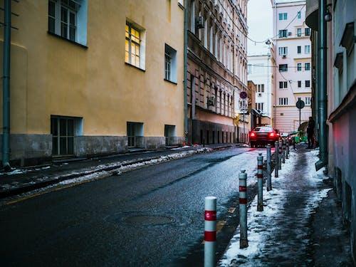 Gratis arkivbilde med arkitektur, asfalt, bil, by