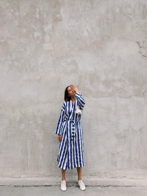 Бесплатное стоковое фото с бетон, выражение лица, голубой, девочка