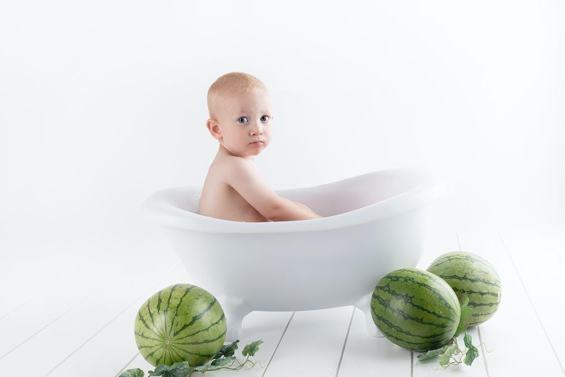 Fotografie Des Babys Auf Badewanne
