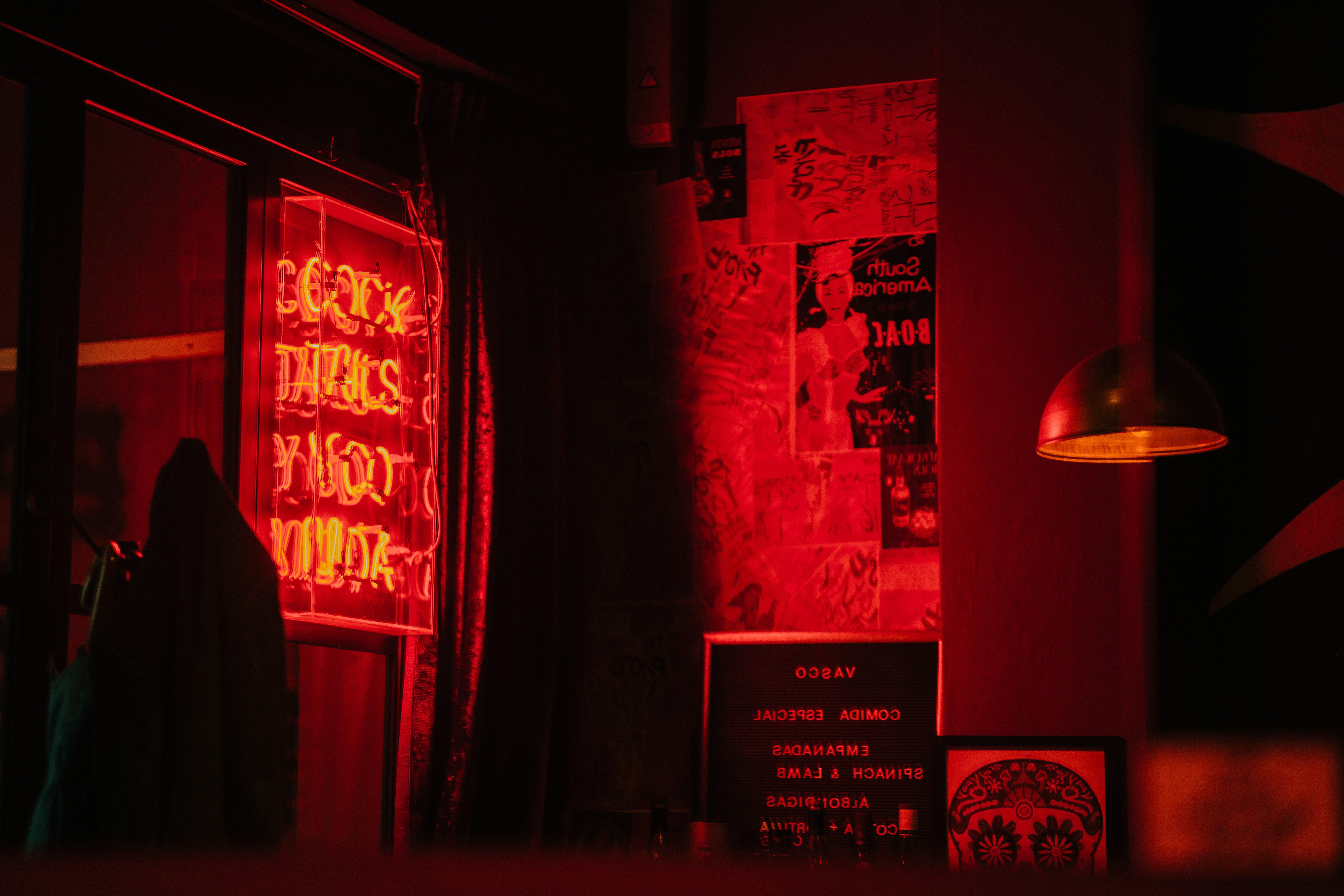 Kostenloses Stock Foto zu bar, beleuchtet, drinnen, dunkel