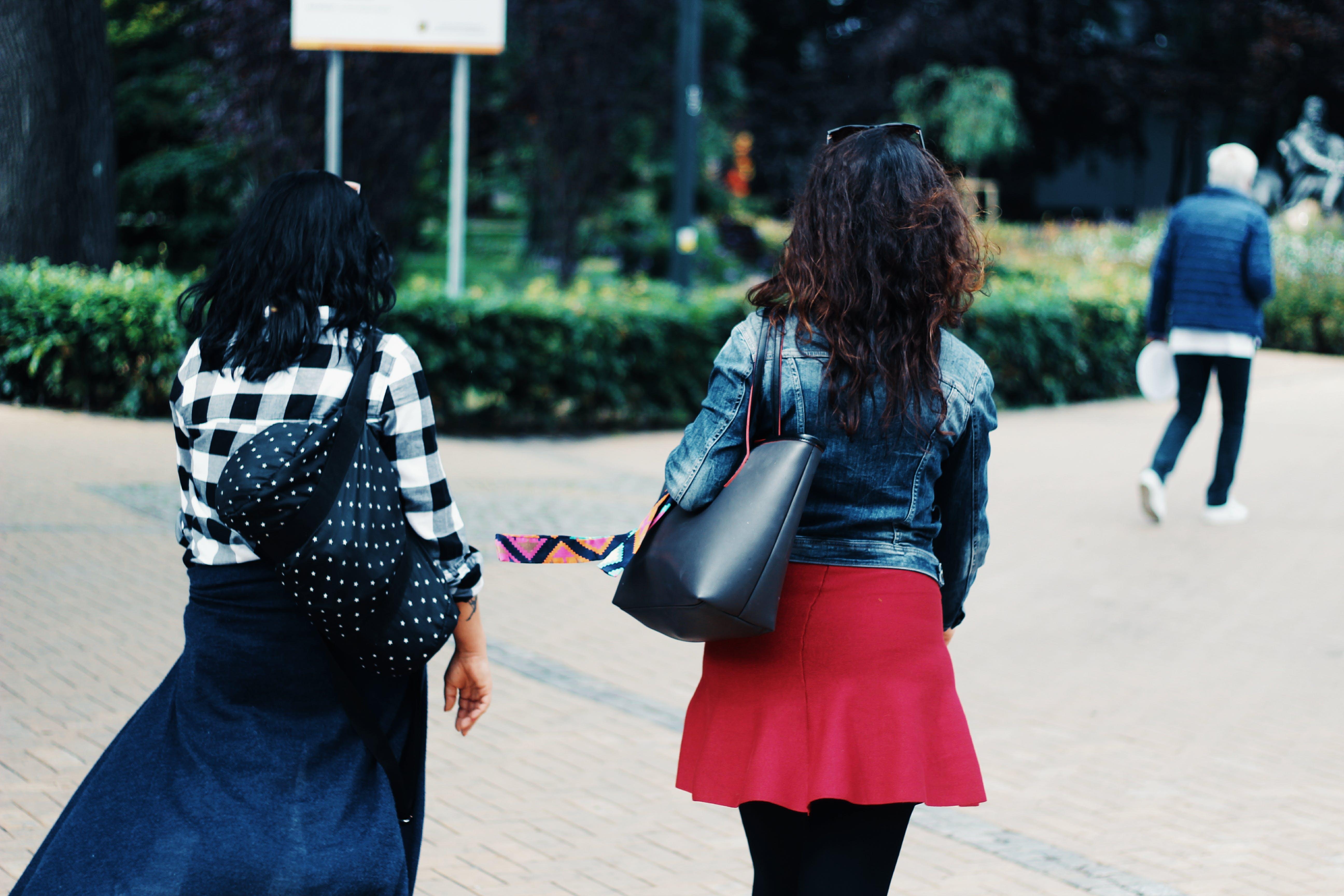 Foto profissional grátis de amizade, amor, andando, bem-estar