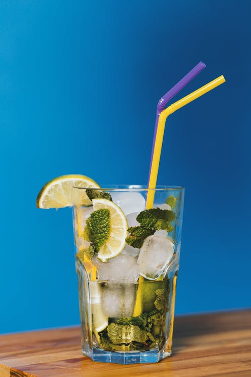 Gratis lagerfoto af alkoholisk drikkevare, blå baggrund, citron, close-up