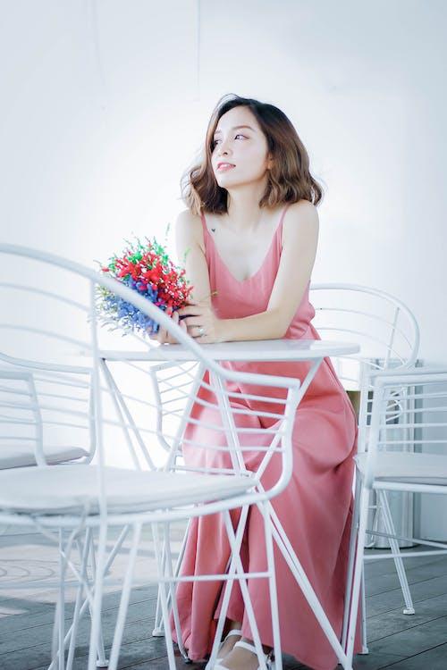 優雅, 光鮮亮麗, 咖啡色頭髮的女人, 坐 的 免费素材照片