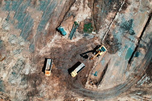 hava çekimi, inşaat sahası, kamyonlar, kuş bakışı içeren Ücretsiz stok fotoğraf