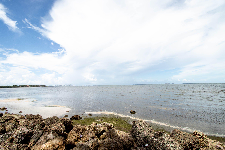 Foto profissional grátis de água, areia, corpo d'água, ensolarado