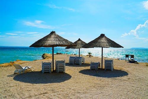 Fotobanka sbezplatnými fotkami na tému dáždniky, pláž, relaxácia, slama