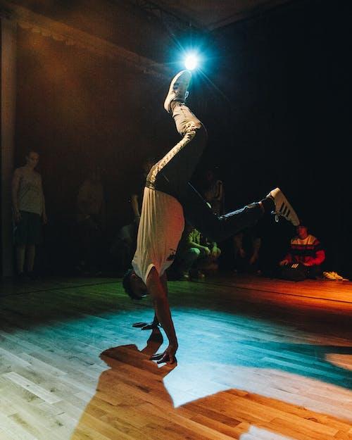 Безкоштовне стокове фото на тему «веселий, люди, людина, танець»