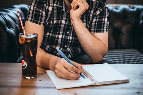Kostnadsfri bild av anteckningsbok, cola, dryck, glas