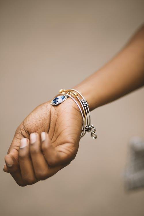 Základová fotografie zdarma na téma holka, koncepční, náramek, prsty
