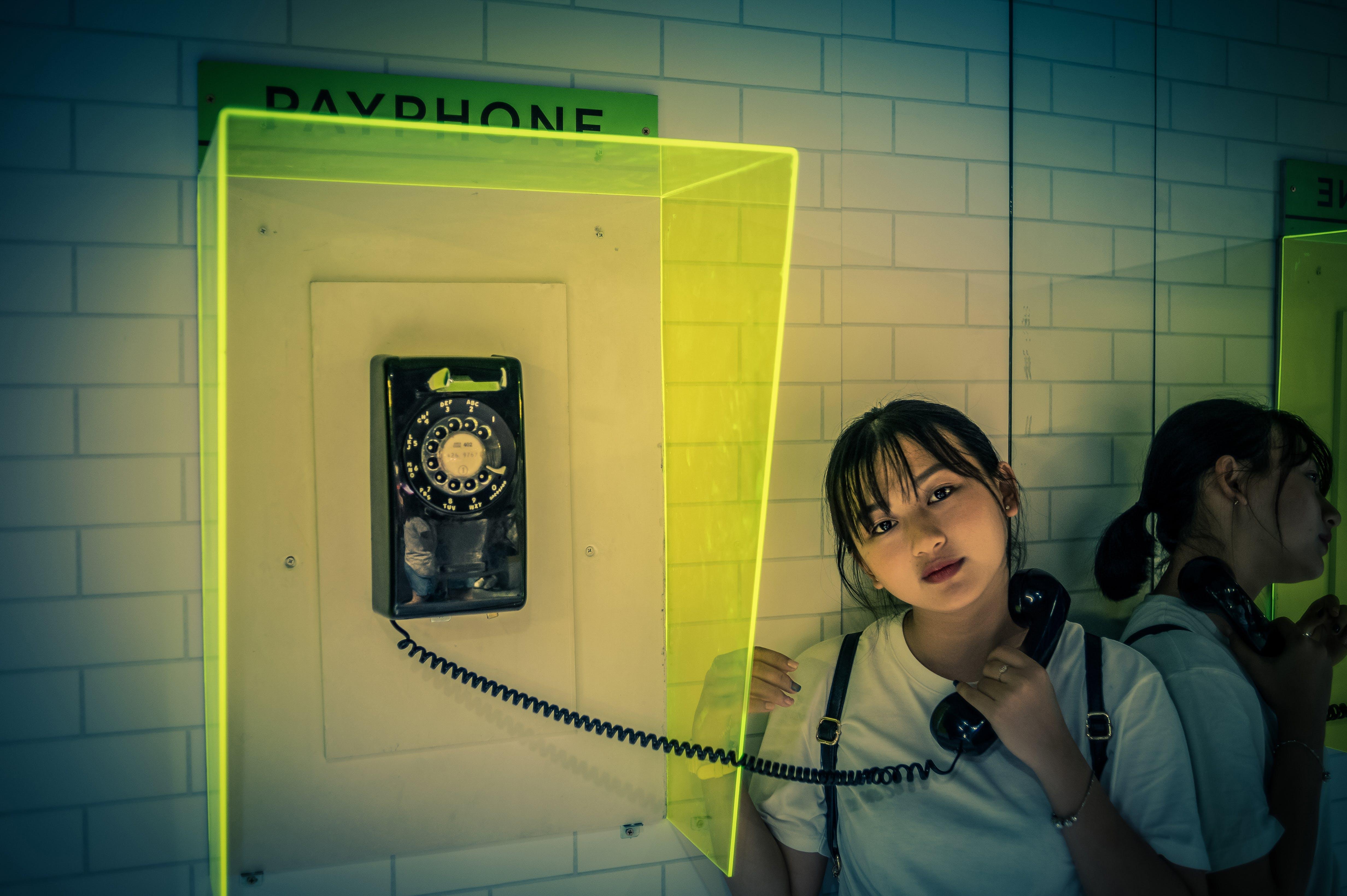 açık, ankesörlü telefon, aşındırmak, asyalı kız içeren Ücretsiz stok fotoğraf