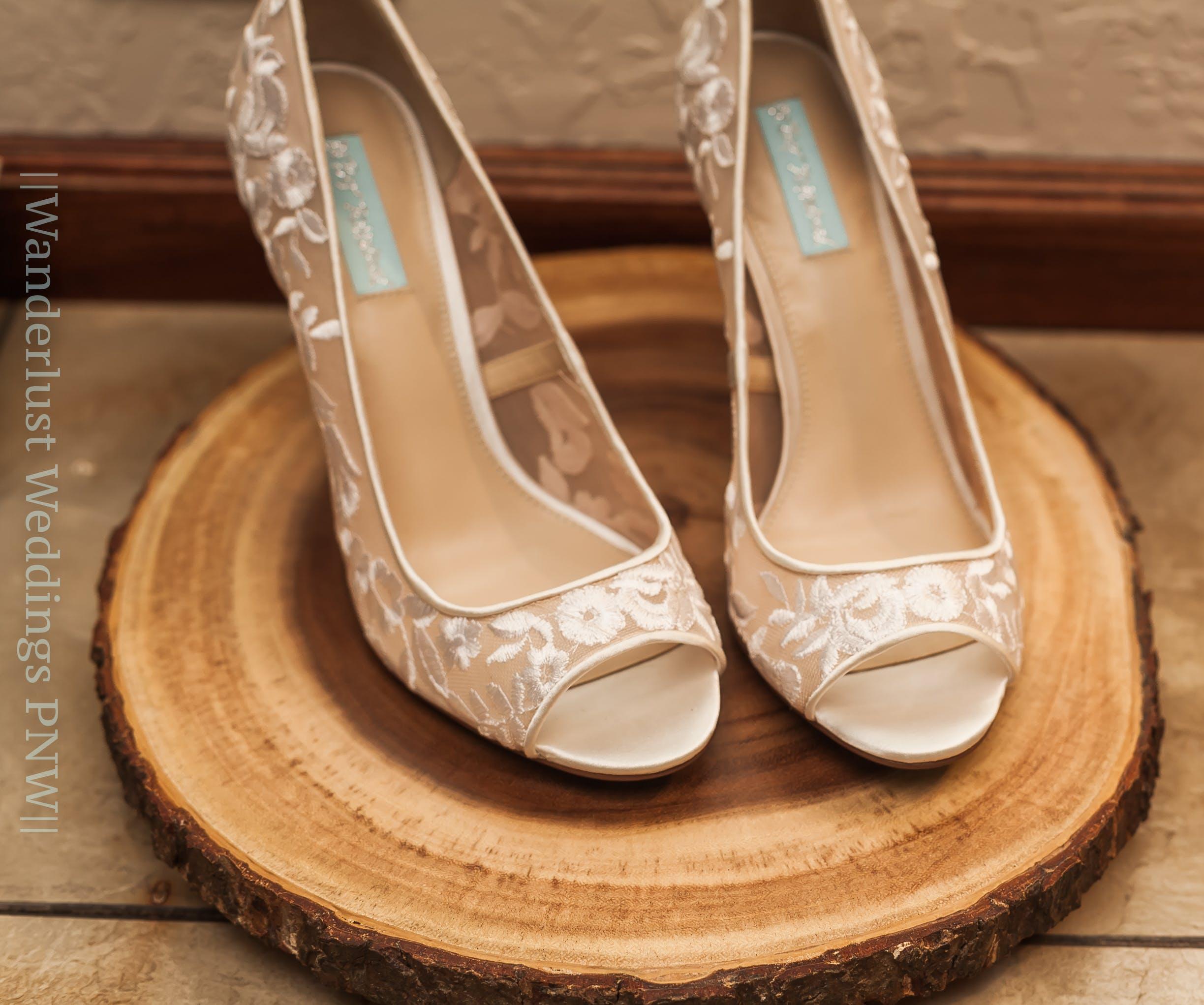 bride, carved wood, details