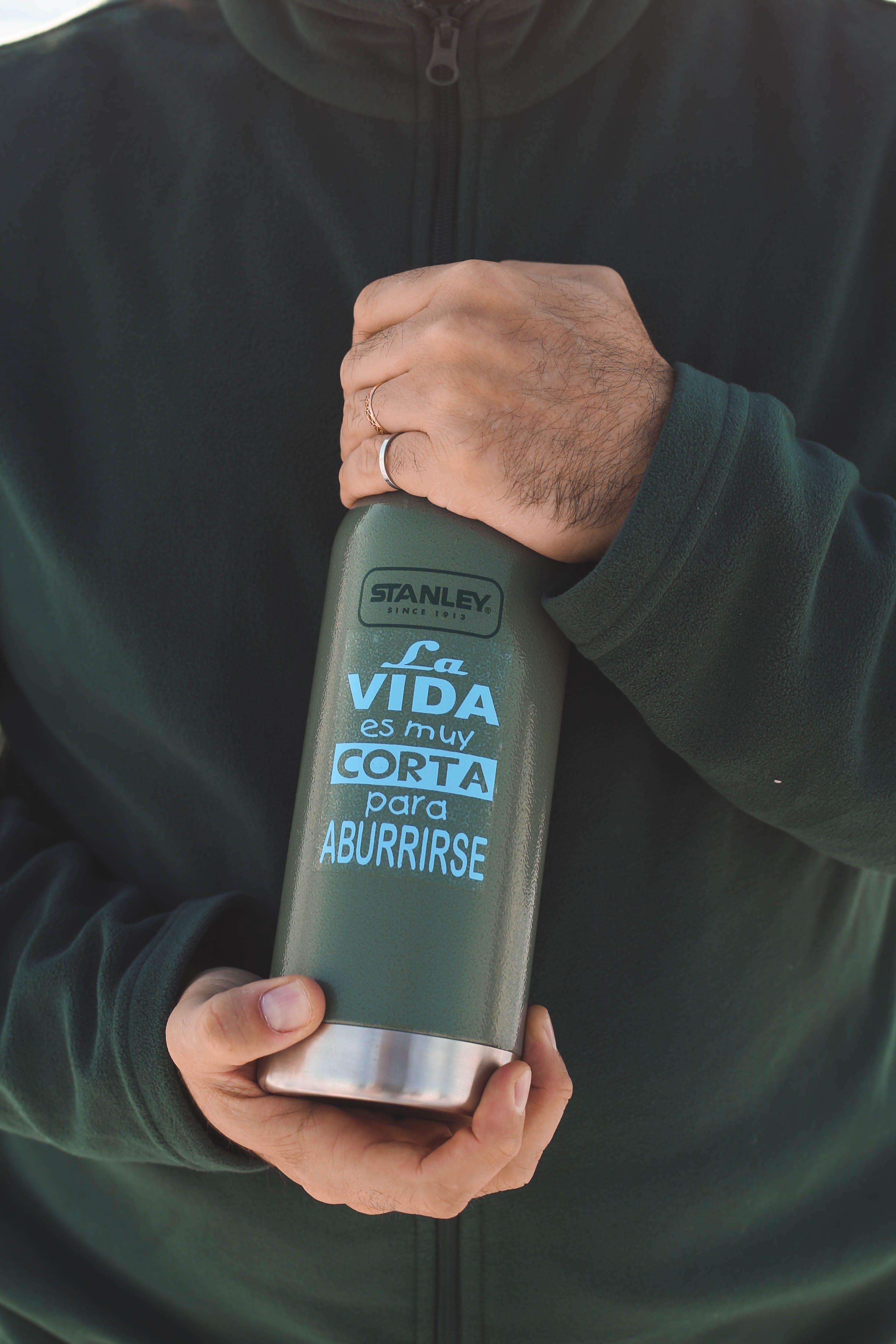 Person's Hand Holding Stanley La Vida Es Muy Corta Para Aburrirse Bottle