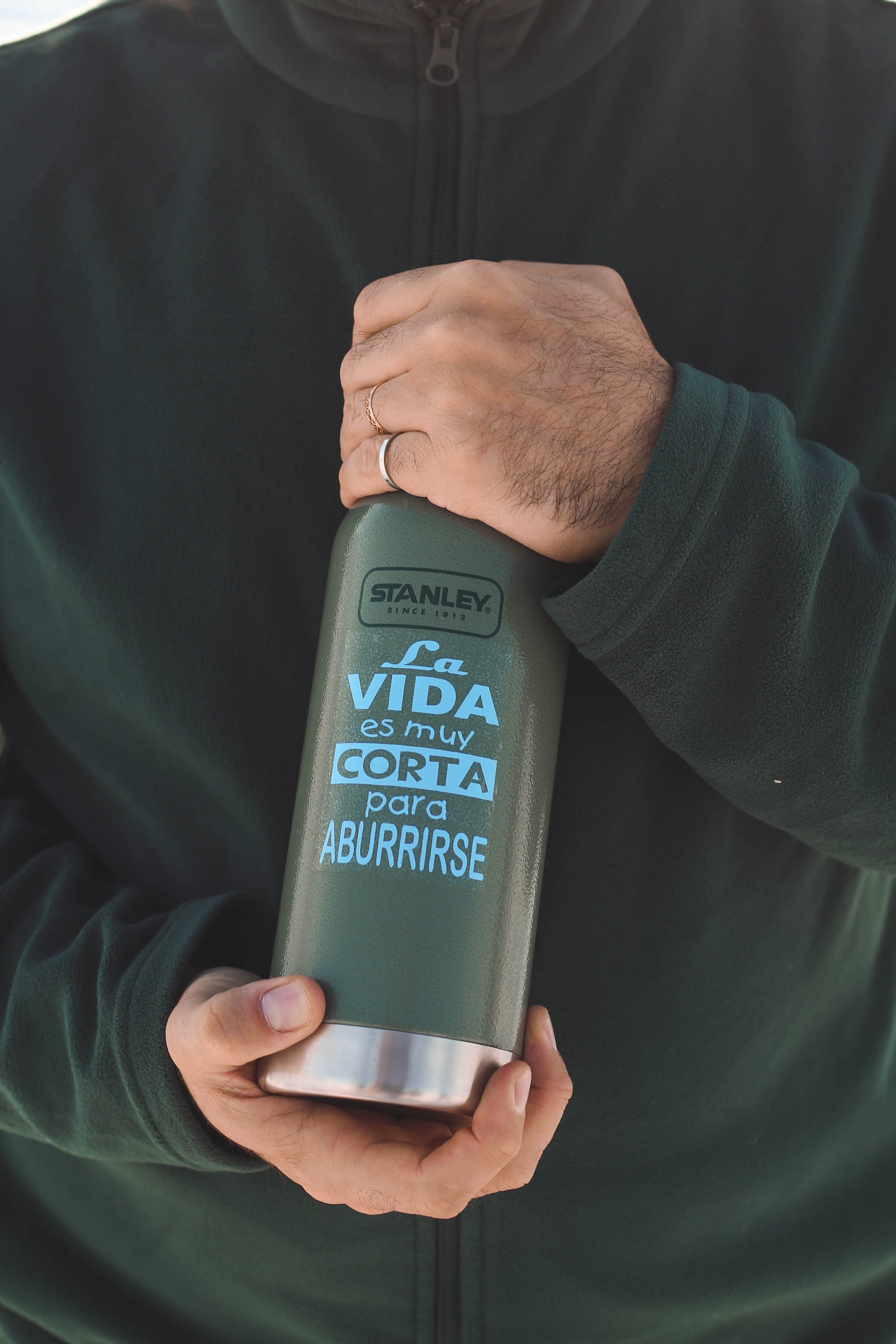 Kostenloses Stock Foto zu container, flasche, hände, mann