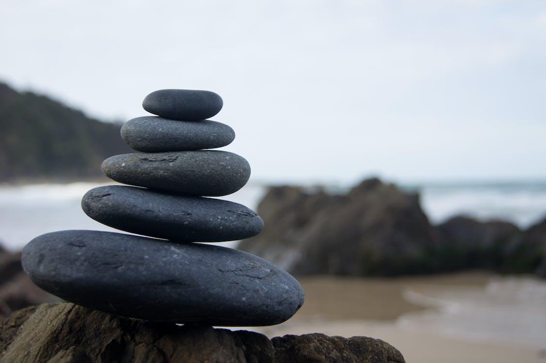 Foto Von Gestapelten Felsen Nahe Der Küste
