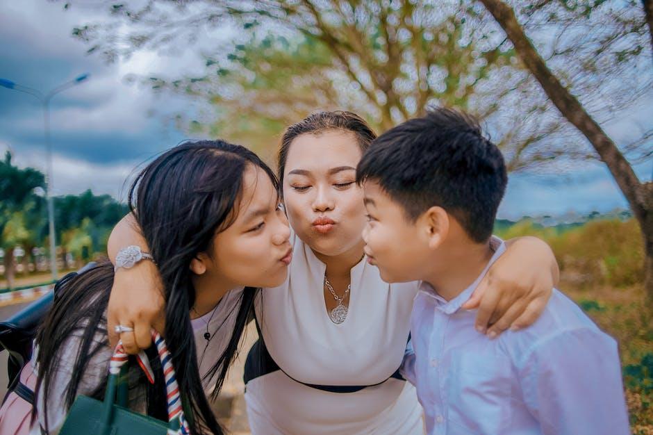 Hangout dan nonton bersama anak akan memperkuat hubungan ibu dan anak. (Foto: Pexels)