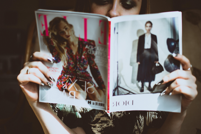 aşındırmak, bakmak, dergi, eller içeren Ücretsiz stok fotoğraf